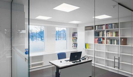 oficina más espaciosa luces led